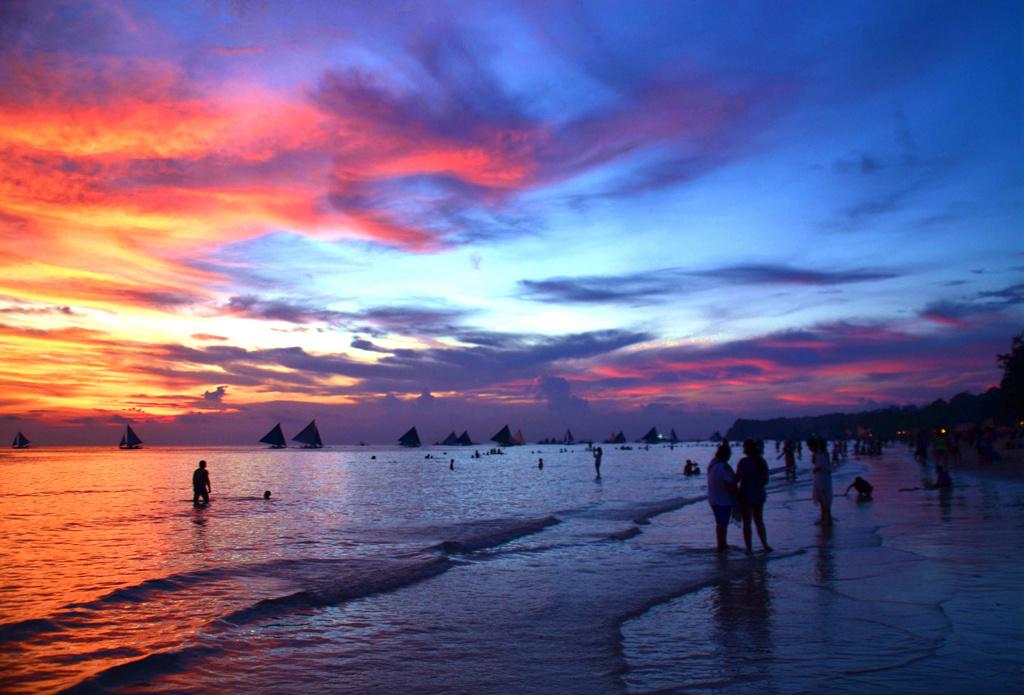 """【派樂長灘】6天4晚參考行程.長灘島白沙灘被譽為最美沙灘""""有人形容這里  海水像玻璃沙灘像面粉  這里的落日十分迷人  海天一線晚霞籠罩一切  經常能見火燒云... 長灘島———只等你來"""